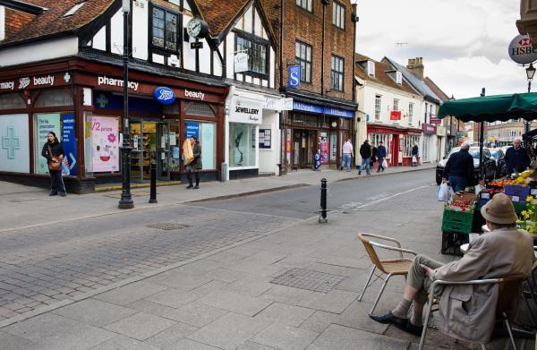 Rickmansworth High Street closed for four weeks to allow for bollard painting