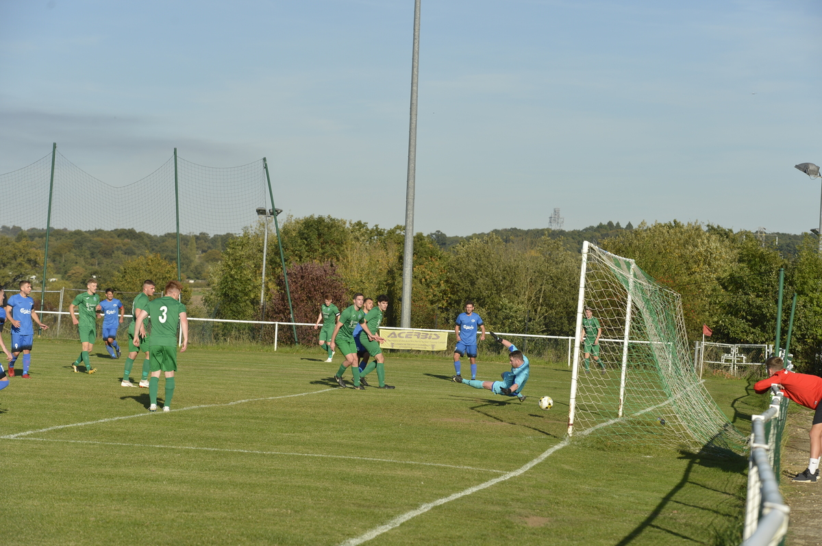 Oxhey Jets go 3-2 up against Biggleswade. Picture: Len Kerswill